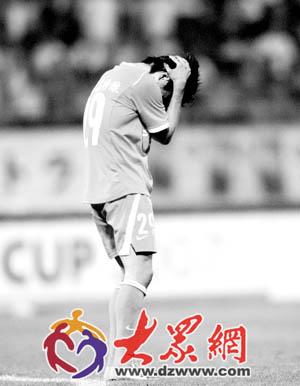 整场比赛一球未进的泰山队球员李金羽,在输了比赛后痛苦不堪。