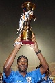 图文:[A3]申花加冕冠军 里卡多高举金杯