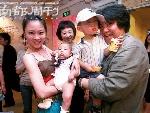"""孟京辉(右)抱着自己的儿子和""""石头""""在一起"""