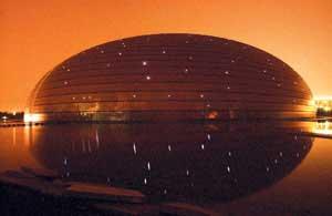 """图为昨晚,大剧院壳体结构上的506盏""""蘑菇灯""""首次点亮摄/记者 田宝希"""