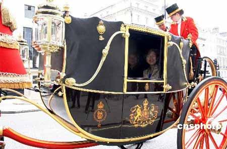 英女王派出两辆皇室马车,接送傅莹大使一行。