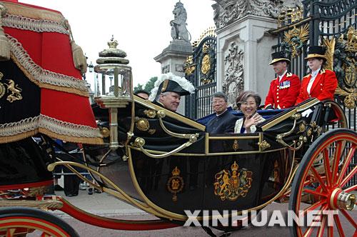 6月12日,中国新任驻英国大使傅莹(右三)向英国女王伊丽莎白二世递交国书后,乘坐传统的英国王室马车离开白金汉宫。