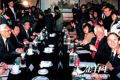 鲁平(左一)与港督彭定康(右二)当年会谈时情景(鲁平提供)