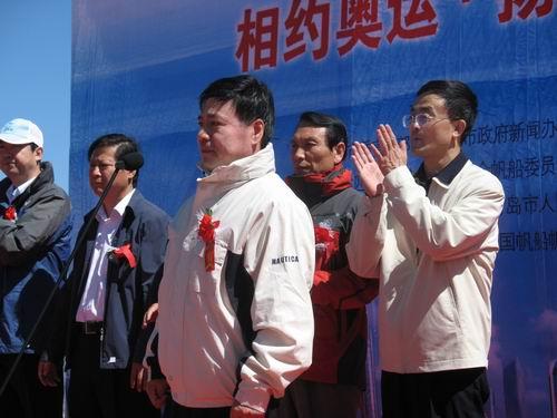 曲青山(右)王伟(中)同台致词应奥运。郅振璞摄影