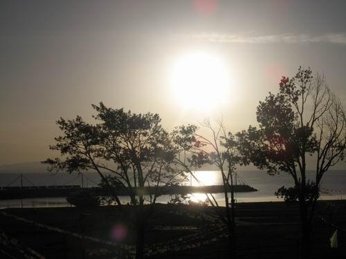朝阳揭开清晨的青海湖神秘面纱。 郅振璞摄影。