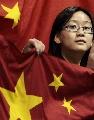 图文:中国4:1胜大马进四强 女球迷与五星红旗