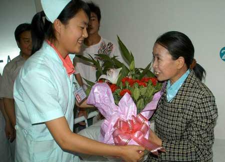 医务人员献上鲜花