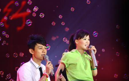 何炅和桑兰在歌会上献唱