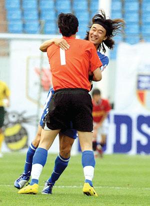 申花队员肖战波(后)激动地拥抱王大雷