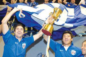 申花队员高举A3联赛冠军奖杯,这是中超俱乐部首次夺得这一桂冠
