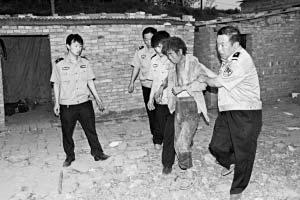 警方紧急解救被困农民工。《山西晚报》供图
