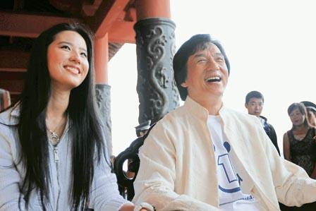 成龙与刘亦菲甚有默契的望着一边笑,难怪后者获力捧