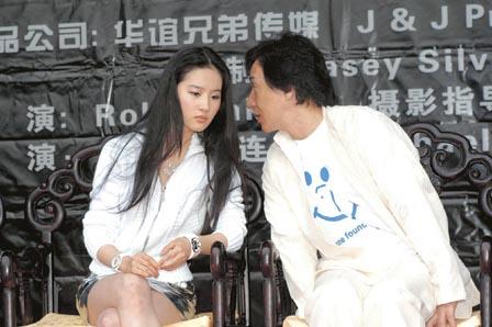 成龙与刘亦菲不时交头接耳,后者一直细心聆听,难怪得宠