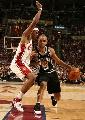 图文:[NBA]总决赛第四场 帕克带球进攻