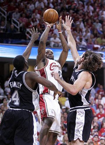 图文:[NBA]总决赛第四场 詹姆斯后仰出手