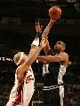 图文:[NBA]总决赛第四场 邓肯单手投篮