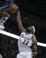 图文:[NBA]总决赛第四场 詹姆斯单手扣篮