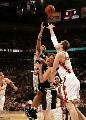 图文:[NBA]总决赛第四场 帕克飞身抛投