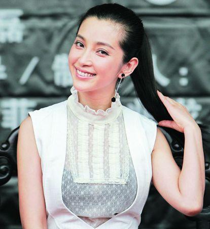 李冰冰的装扮更成熟一些。刘亦菲在记者会上说自己是看着李冰冰的戏长大的,言下之意不知李冰冰听了做何感想?