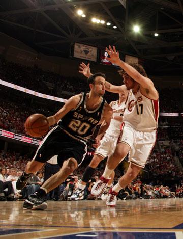 图文:[NBA]总决赛第四场 吉诺比利底线突破