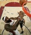 图文:[NBA]总决赛第四场 詹姆斯抢板