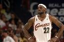 图文:[NBA]总决赛第四场 詹姆斯等待机会