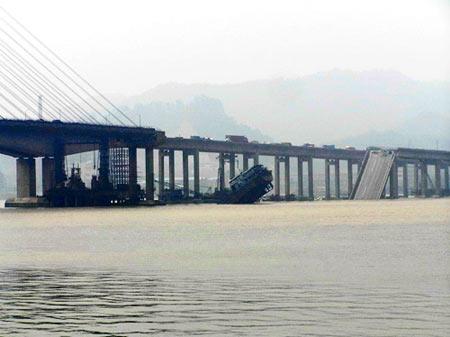 今天清晨5时15分左右,九江大桥遭一艘运砂船撞击,约200米桥面堕入江中。
