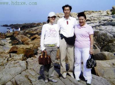 去年,小燕与父母在印尼游玩