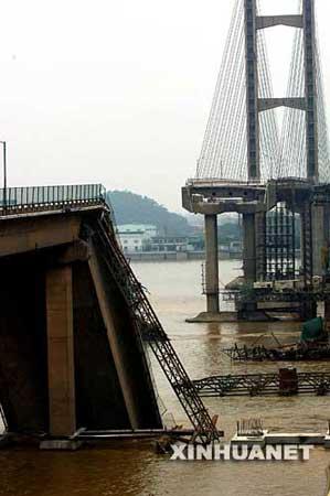 6月15日,桥面垮塌的九江大桥。