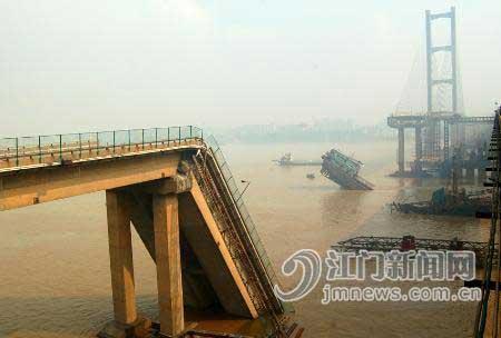 运沙船撞桥墩致桥面坍塌