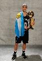 图文:[NBA]马刺夺冠 马努身披阿根廷国旗