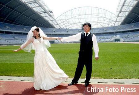 图文:沈阳奥运主题婚纱摄影 在体育场前秀婚纱