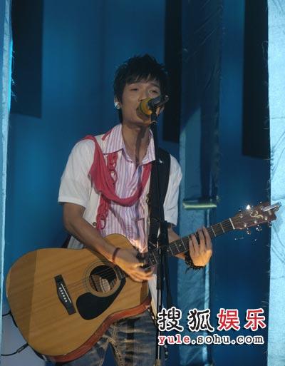 图:快男7进6现场 陈楚生吉他弹唱《爱情缩影》