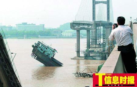 记者在事发现场看到,一段长200米左右的桥面从中断裂,直插江底,桥面断裂处露出一根根被折断的钢筋。运沙船船尾向上翘起,船头扎入江内。