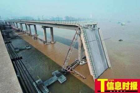 桥墩遭到运沙船猛烈撞击,桥面塌入水中。
