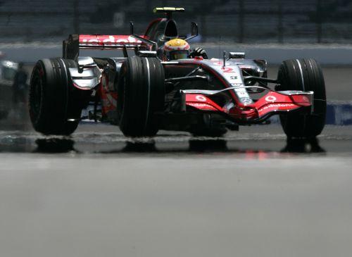 图文:[F1]美国站次回练习 汉密尔顿驶上赛道