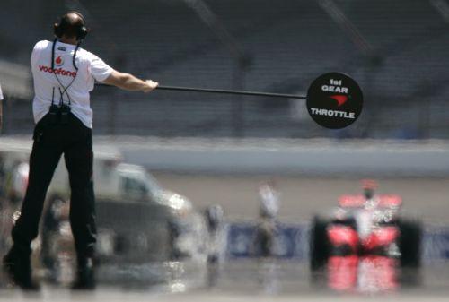 图文:[F1]美国站次回练习 迈凯轮棒棒糖人