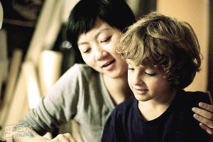 《红气球》讲述了一名中国女留学生在法国一个单亲家庭当保姆,由此展开了一位法国单身母亲及其儿子西蒙的故事。《跟踪》由杜琪峰担任监制,承袭了杜琪峰独特的影像和叙事风格,该片成为本届影节的开幕影片。