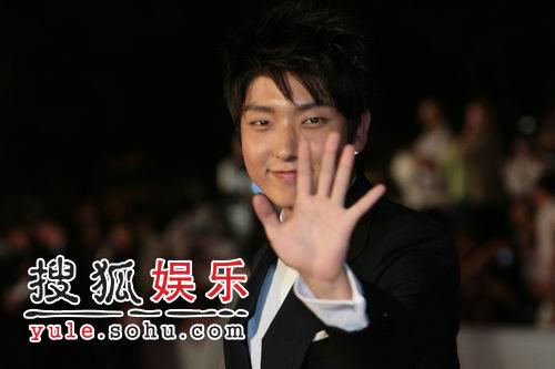 图:上海电影节开幕红地毯 李俊基美艳依足