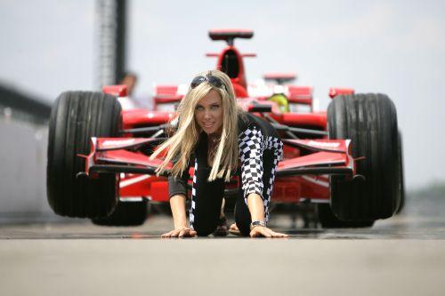 图文:[F1]美国大奖赛美女 在法拉利面前爬行