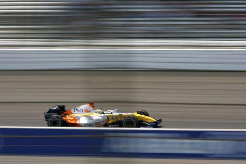 图文:[F1]美国大奖赛排位赛 雷诺赛车急速前行