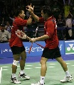 图文:印尼3-2胜英格兰进决赛 印尼队拍手庆贺