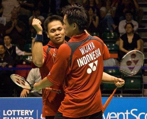 图文:印尼3-2胜英格兰进决赛 基多陈甲亮相拥