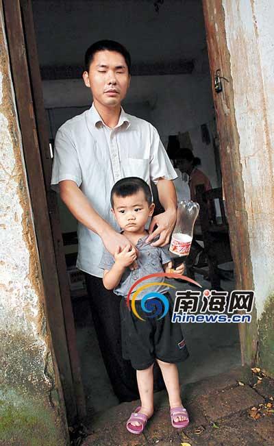 盲人父亲和他可爱的儿子.    摄 -一位盲父亲的最大心愿 好想看一看孩