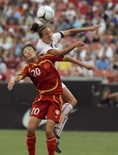 图文:[女足]中国0-2美国 张欧影老当益壮