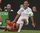 图文:[女足]中国0-2美国 翁新芝滑铲解围