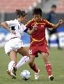 图文:[女足]中国女足0-2美国队 刘亚莉奋不顾身