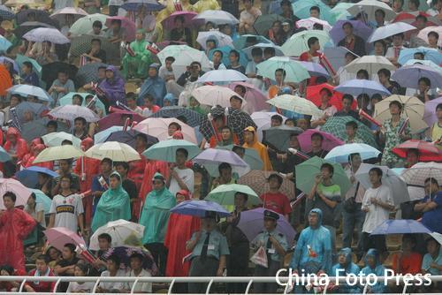 图文:[中超]陕西VS上海申花 球迷大雨中观战
