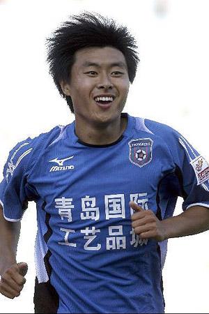 图文:[中超]青岛2-0深圳 姜宁庆祝进球