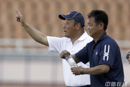 图文:[中超]青岛2-0深圳 殷铁生场边指挥
